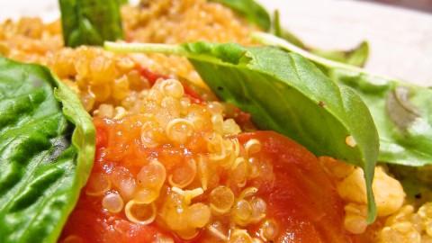 キヌアとフレッシュトマトのガーリック炒め