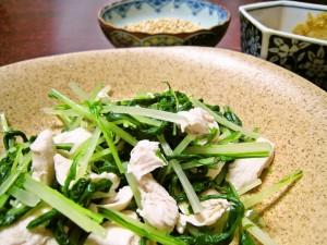 鶏ささ身と水菜のキヌアゴマダレがけ