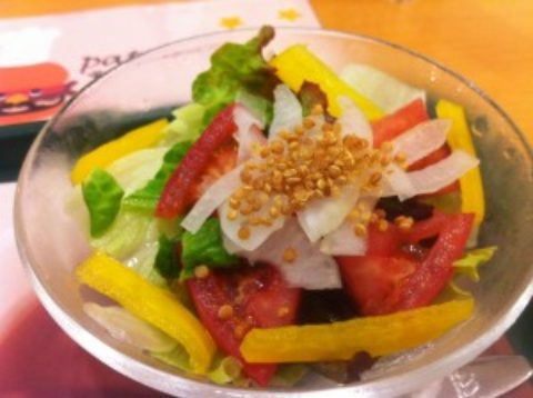 程よい刺激!モスの季節限定サラダにキヌアパフ